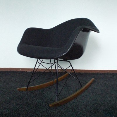 Rar rocking chair by charles and ray eames for vitra 8888 for Rocking chair eames vitra