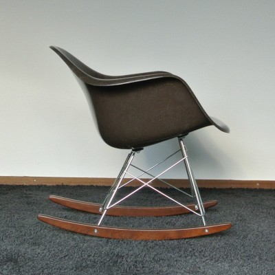 Rar rocking chair by charles ray eames for vitra 1950s for Rocking chair eames vitra