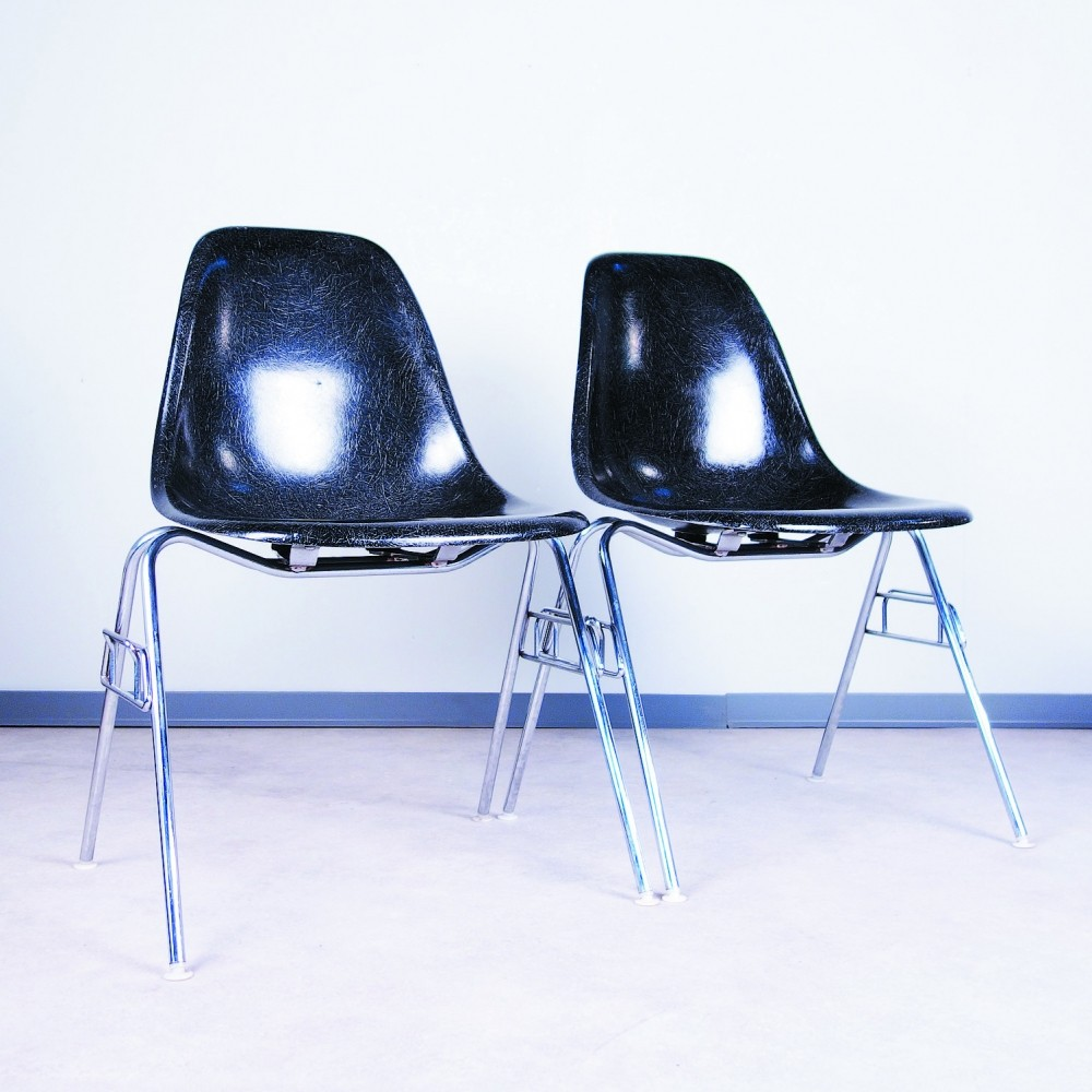 Pair of plastic side chair dinner chairs by charles ray for Eames chair deutschland