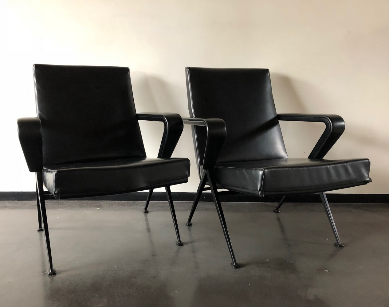 Pair of Repose lounge chairs by Friso Kramer for Ahrend de Cirkel, 1960s