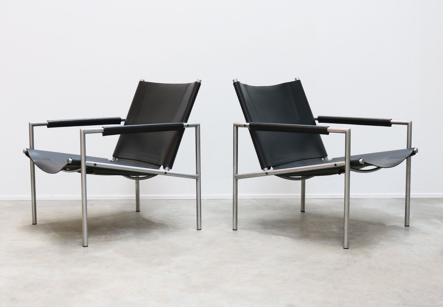 Pair of black leather SZ01 lounge chairs by Martin Visser for Spectrum, 1960