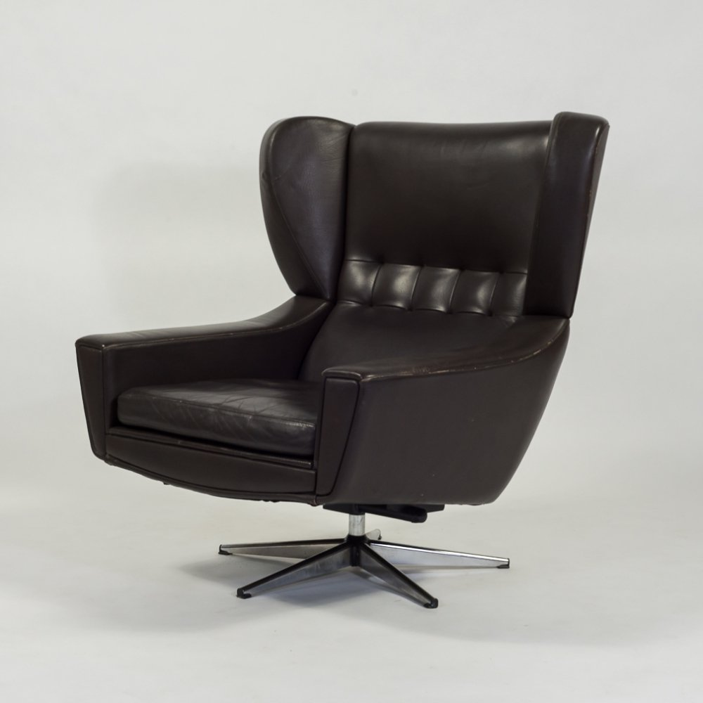 Mid-century lounge armchair in brown leather by Svend Skipper