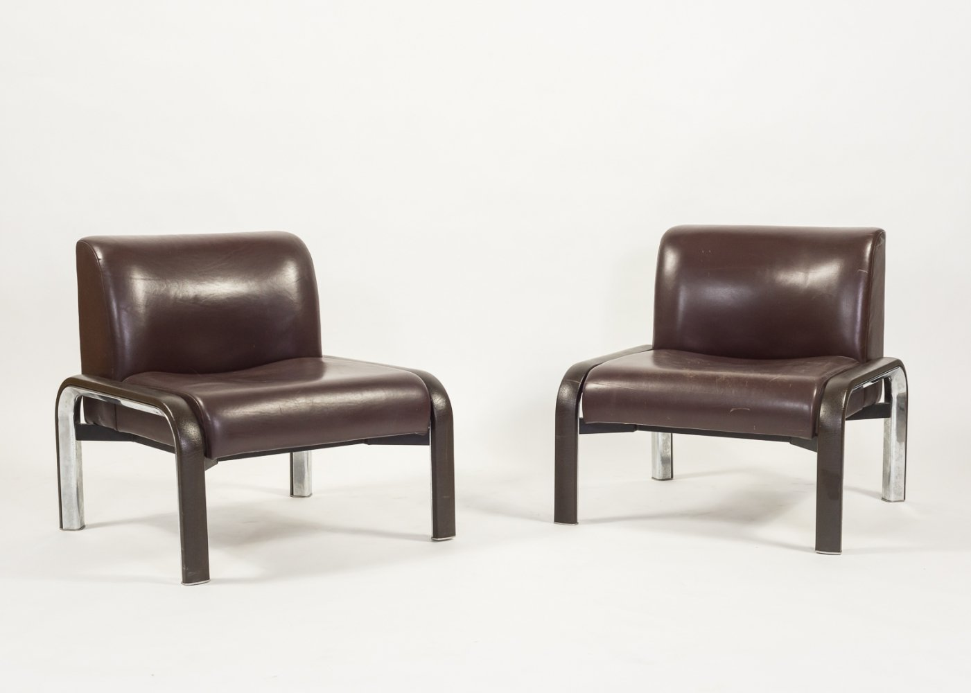 Modern Italian design lounge chairs in brown leather