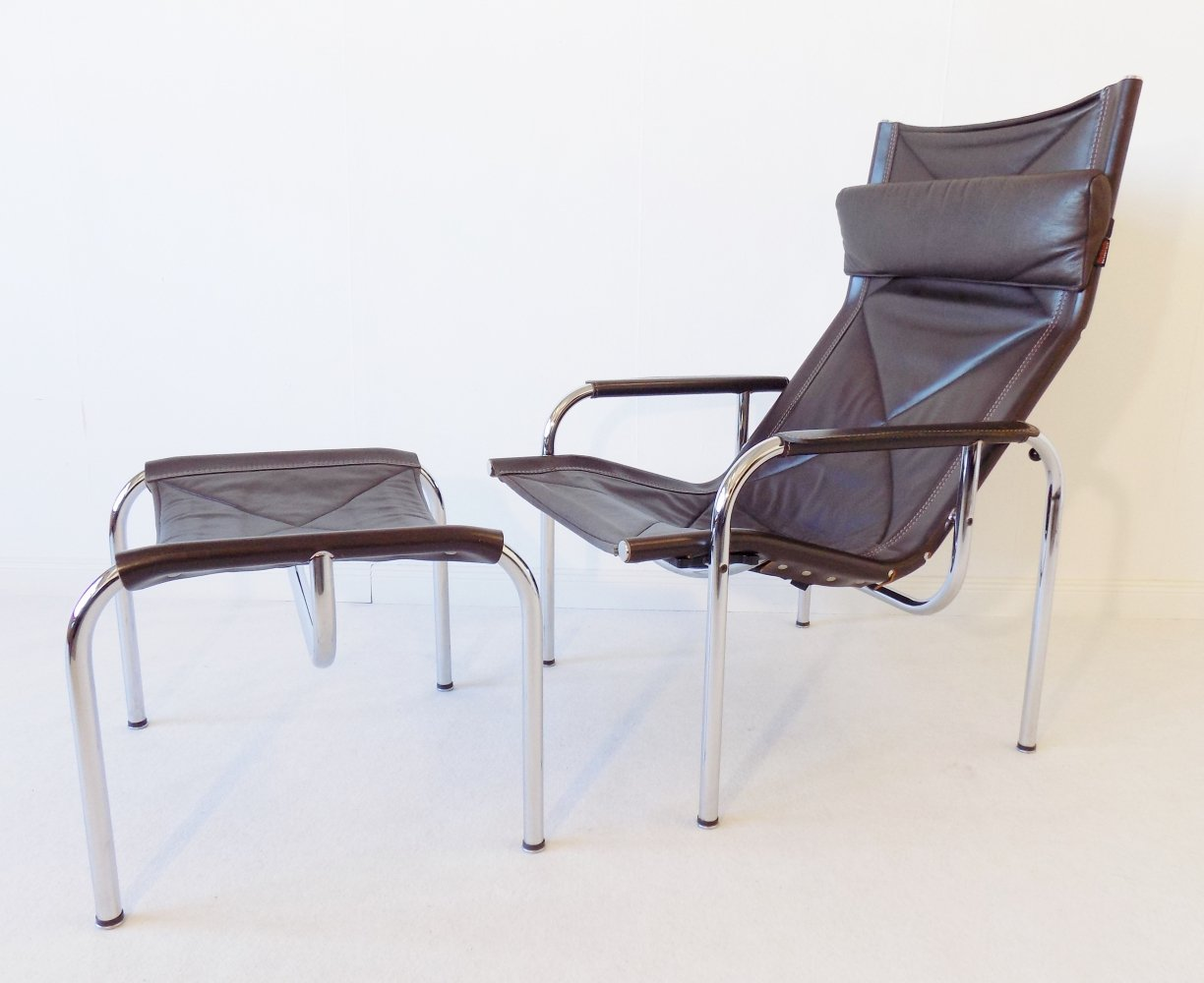 Strässle HE1106 Lounge Chair with ottoman by Hans Eichenberger