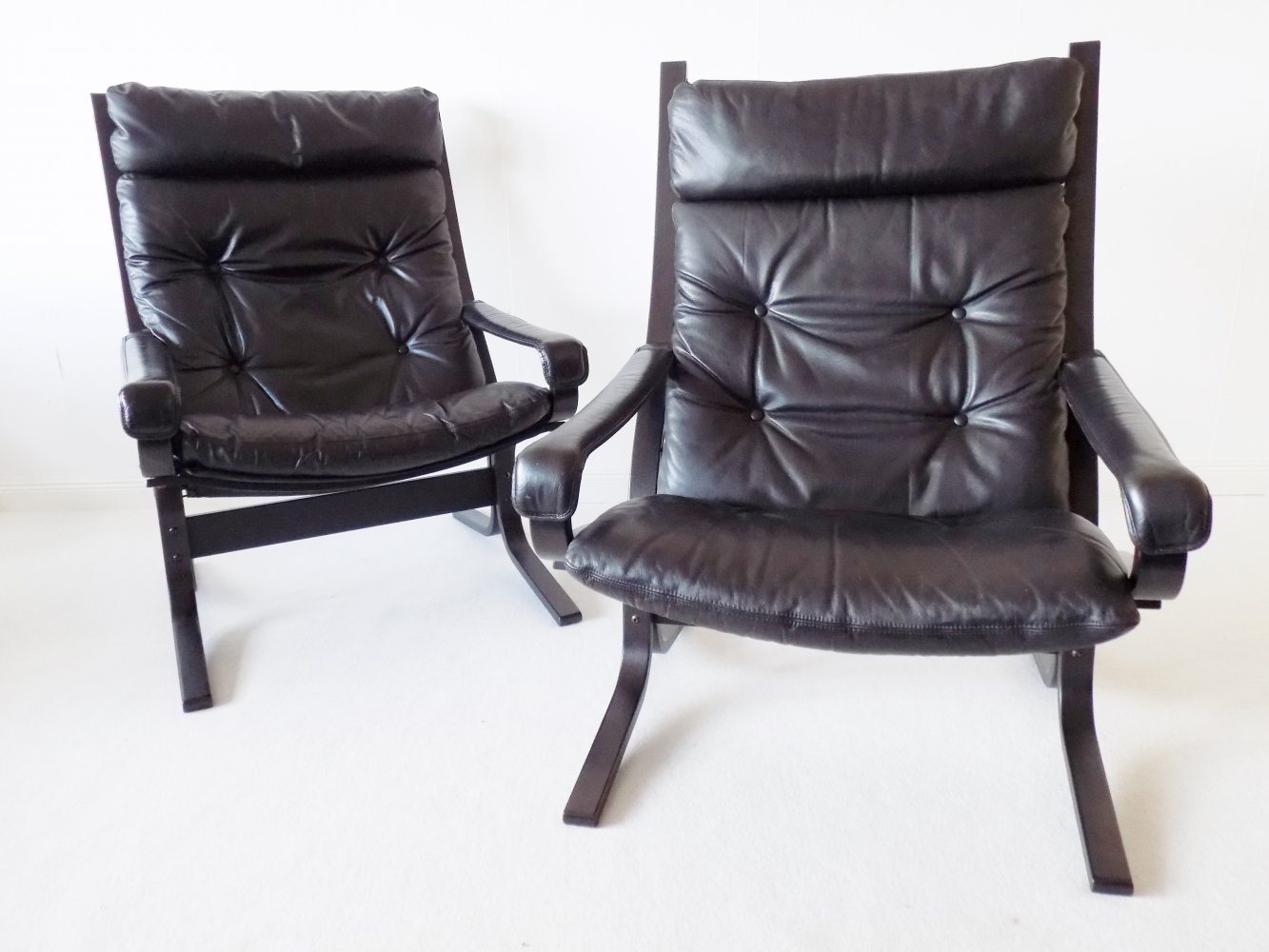 Pair of black leather Siesta lounge chairs by Ingmar Relling for Westnofa, 1960s
