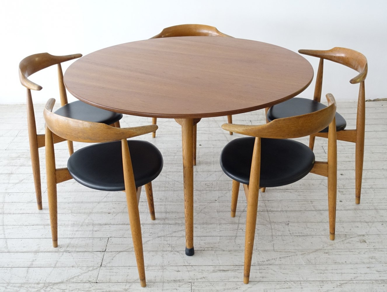 5 Heart chairs model FH4103 + dining table