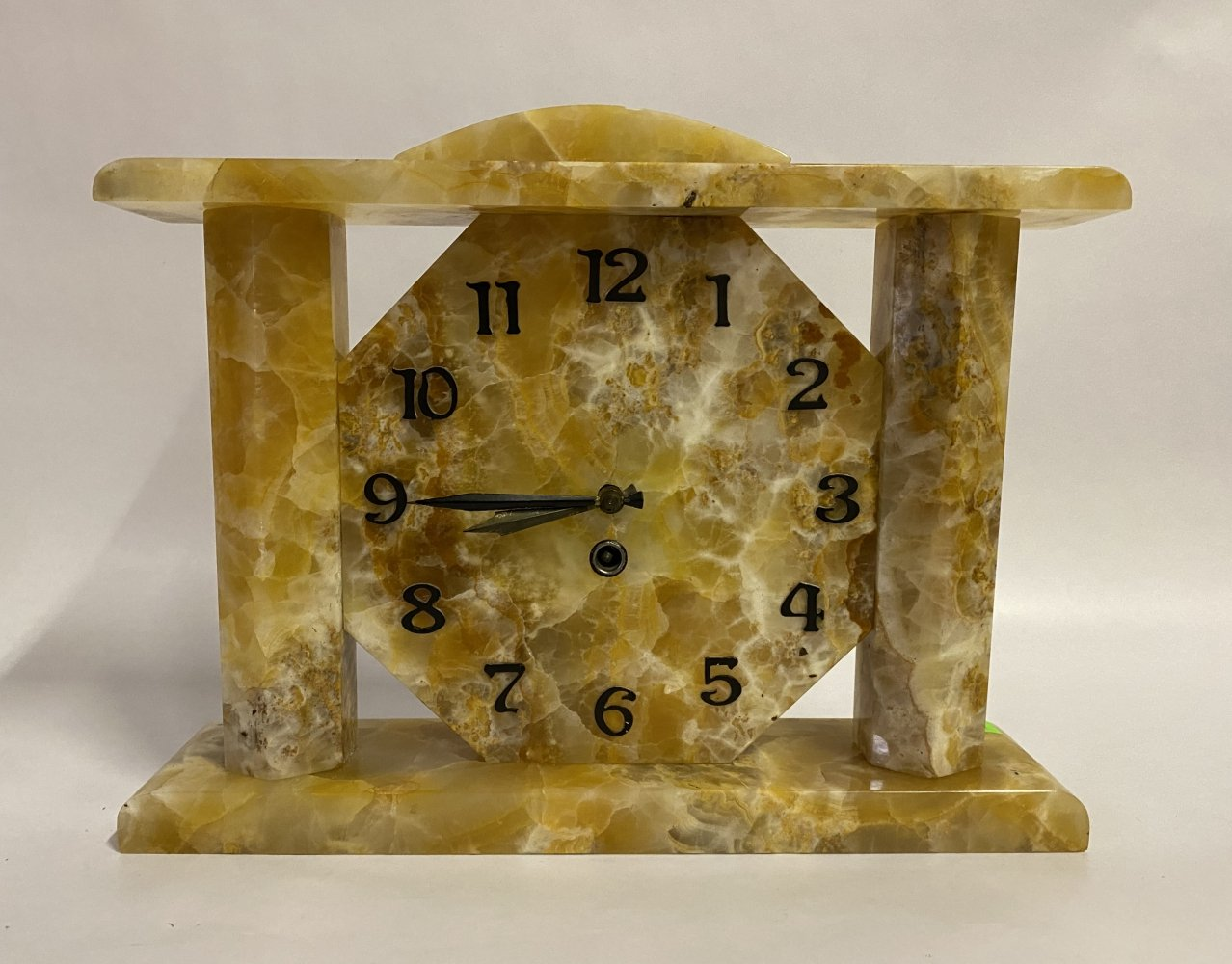 Large art deco mantel clock made from gold ónyx, 1930s