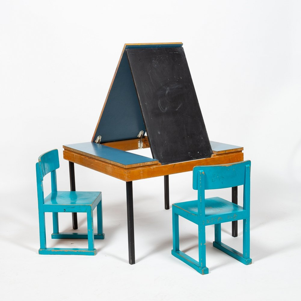 Horgen Glarus Table with integrated blackboard & two children