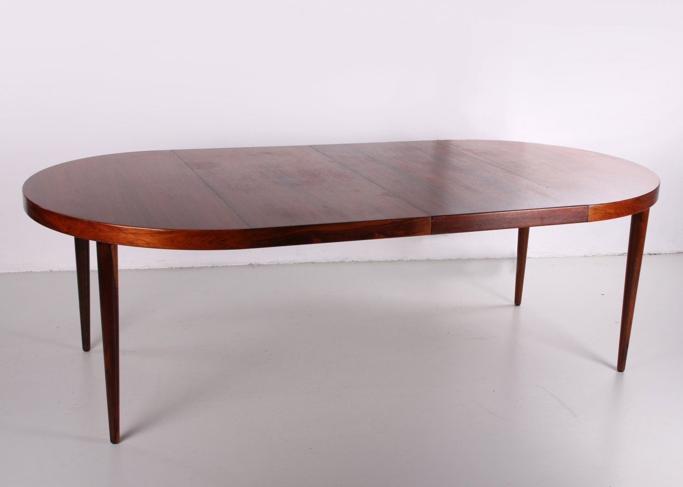 Expendable oval rosewood model 331/10 dining table by Arne Vodder, 1960s