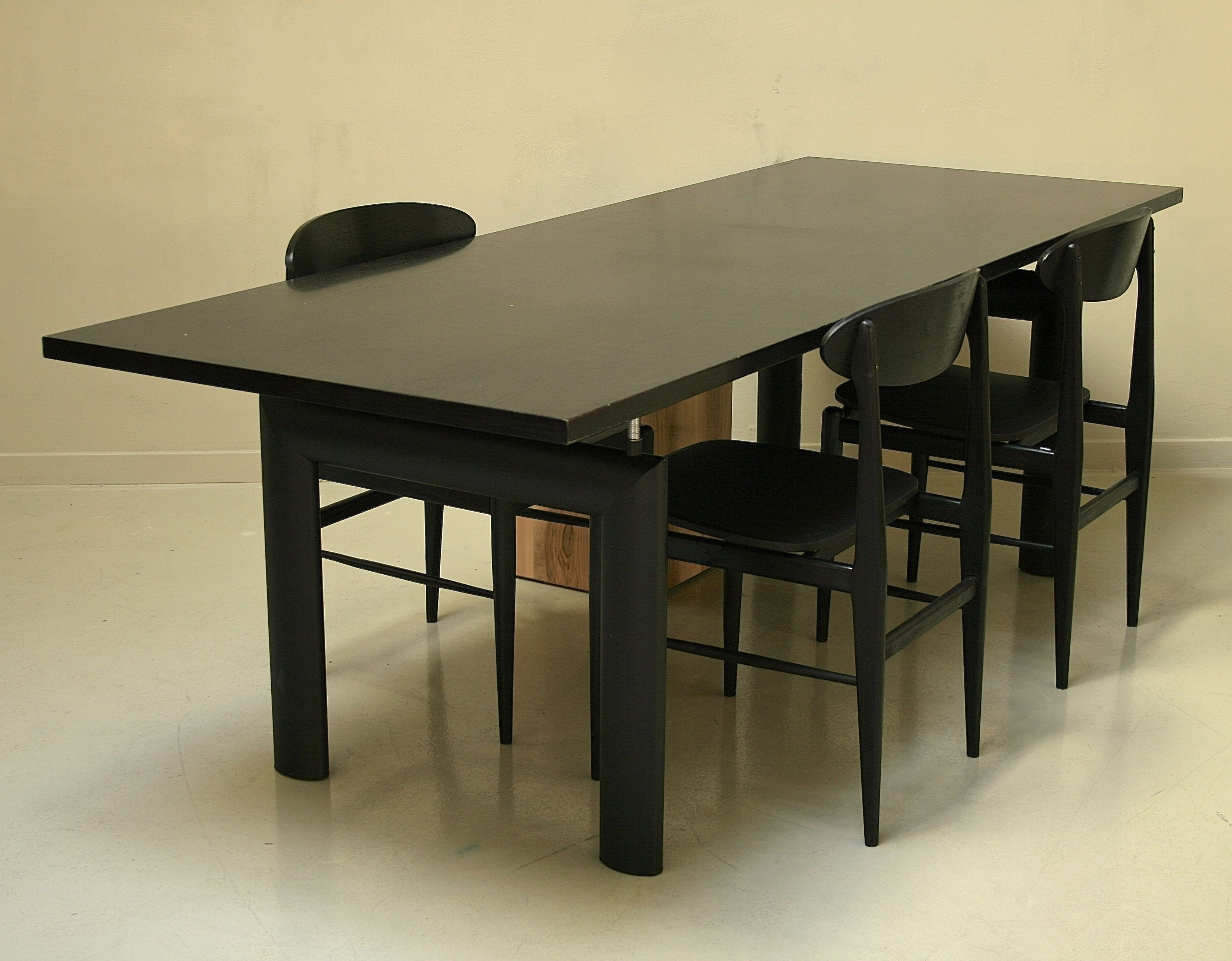 dining table from the fifties by le corbusier for cassina. Black Bedroom Furniture Sets. Home Design Ideas
