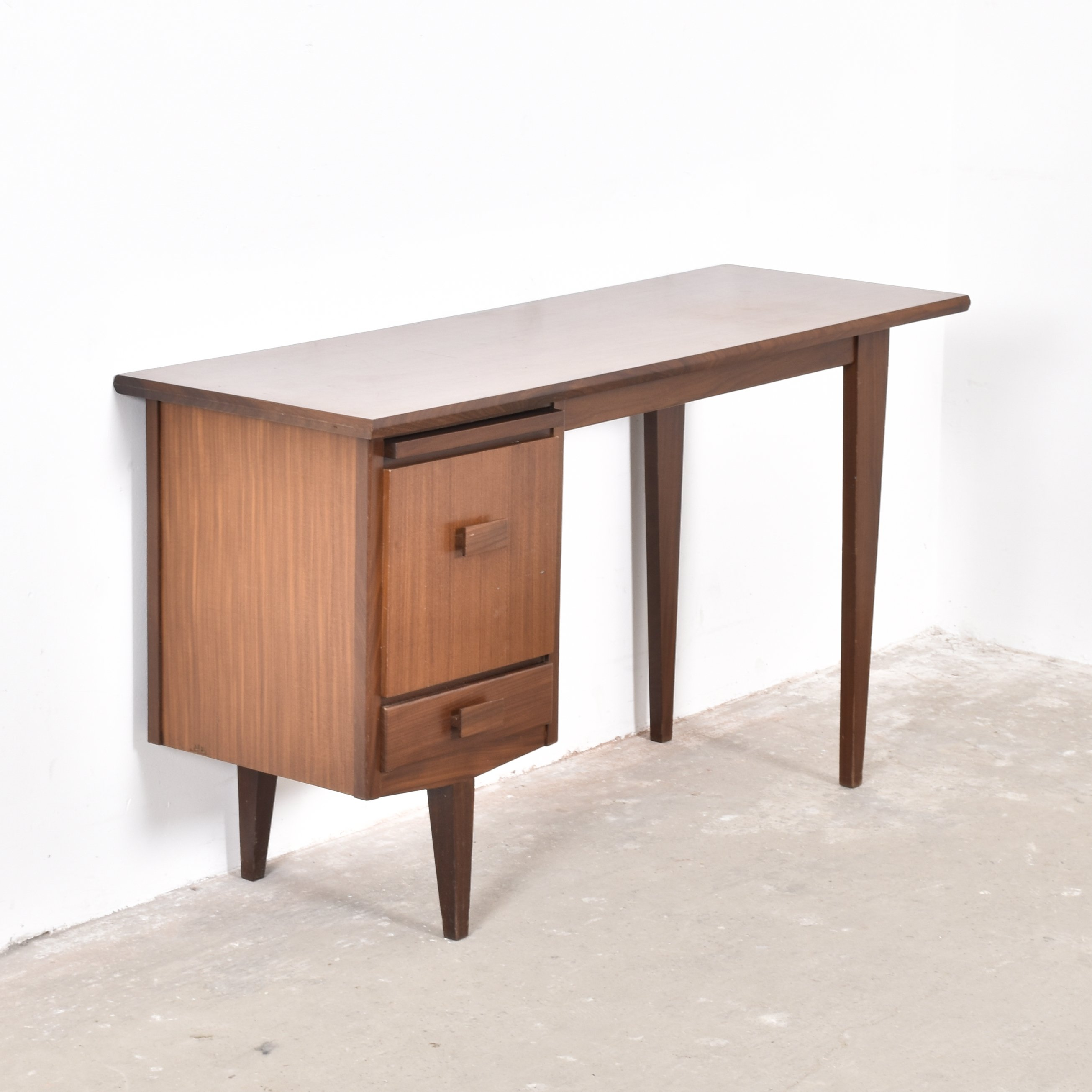 designer writing desk Browse knoll table desks, including iconic table desks and innovative height-adjustable solultions.
