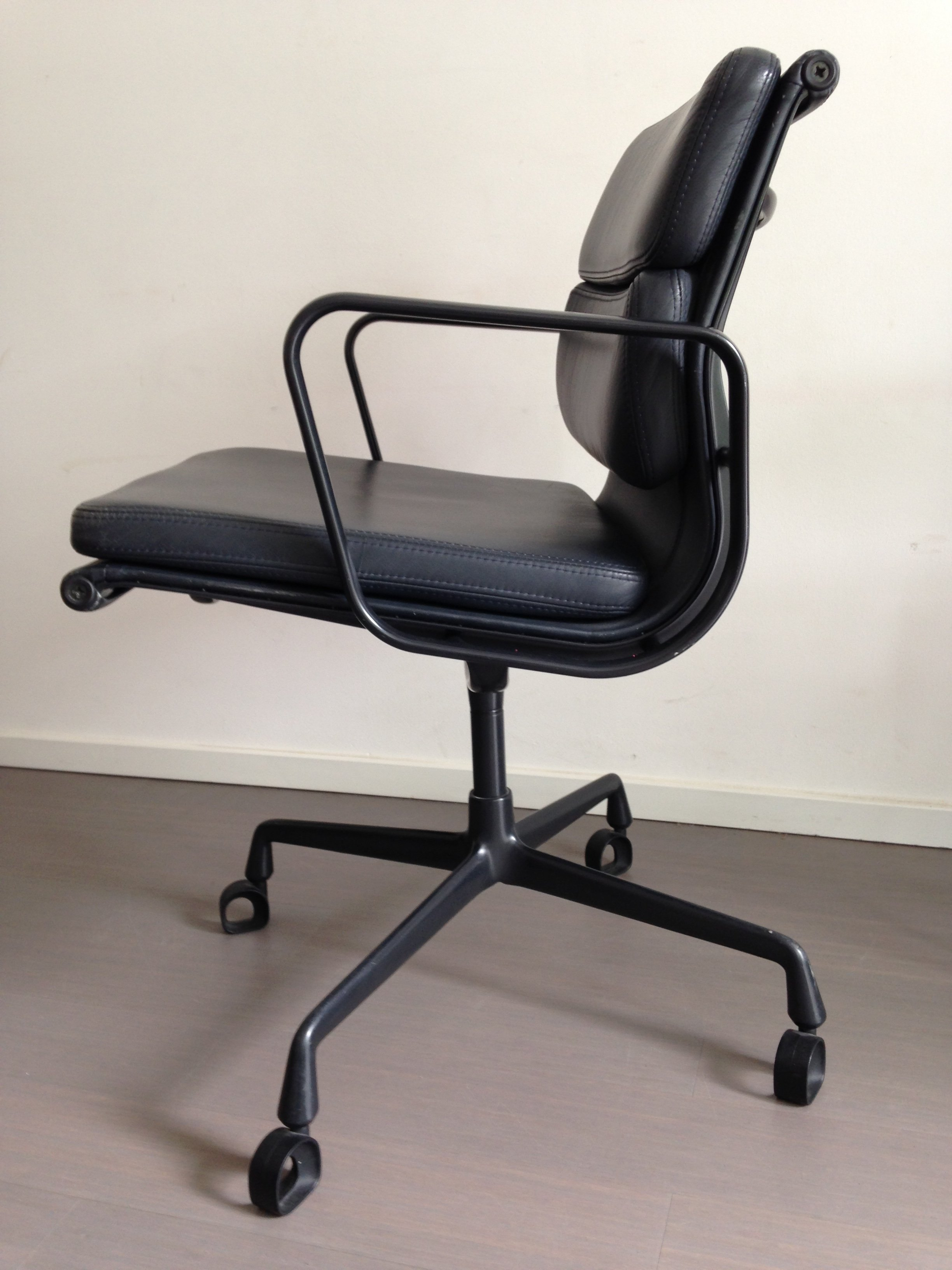 ea208 soft pad office chair by charles ray eames for. Black Bedroom Furniture Sets. Home Design Ideas