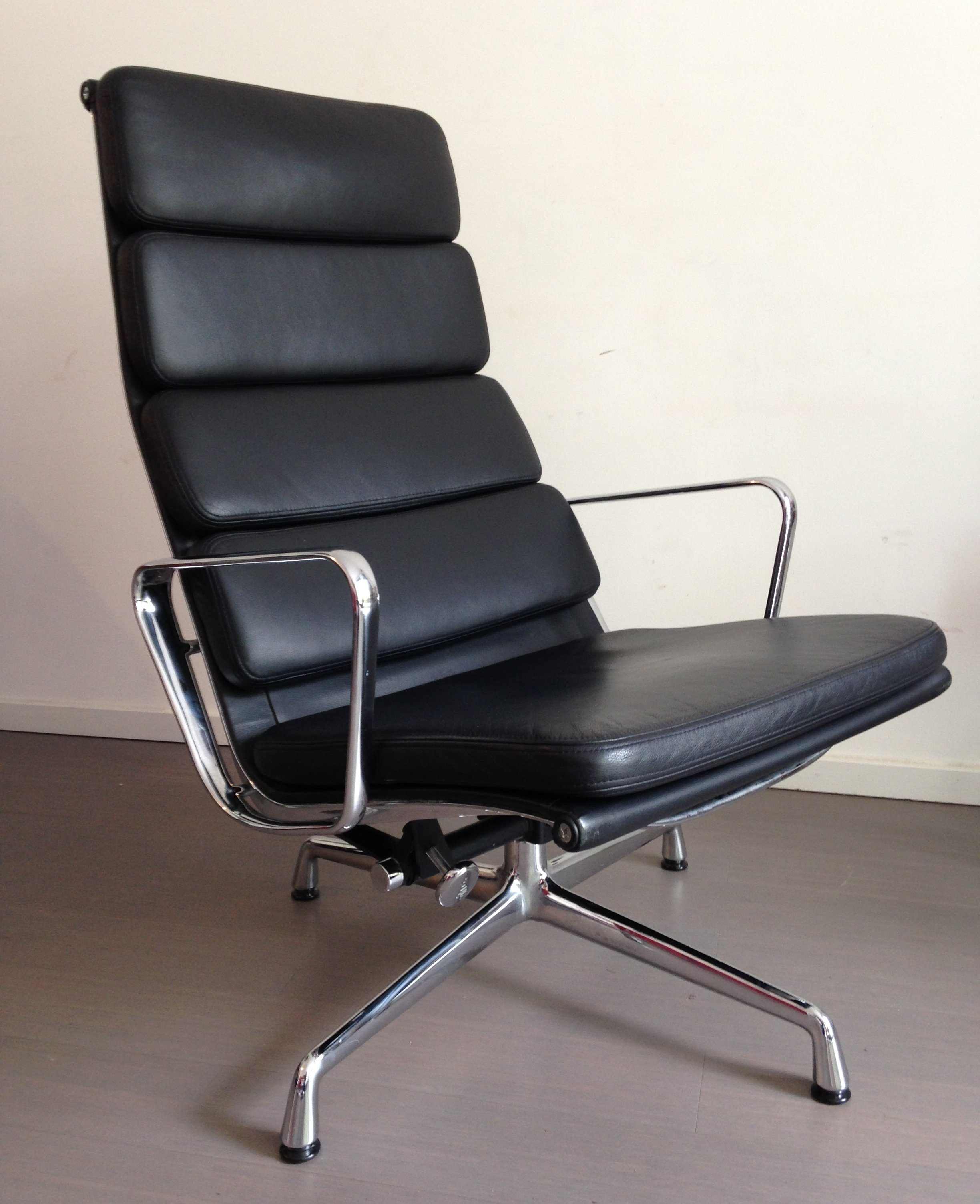 ea222 lounge chair by charles ray eames for vitra 1990s. Black Bedroom Furniture Sets. Home Design Ideas