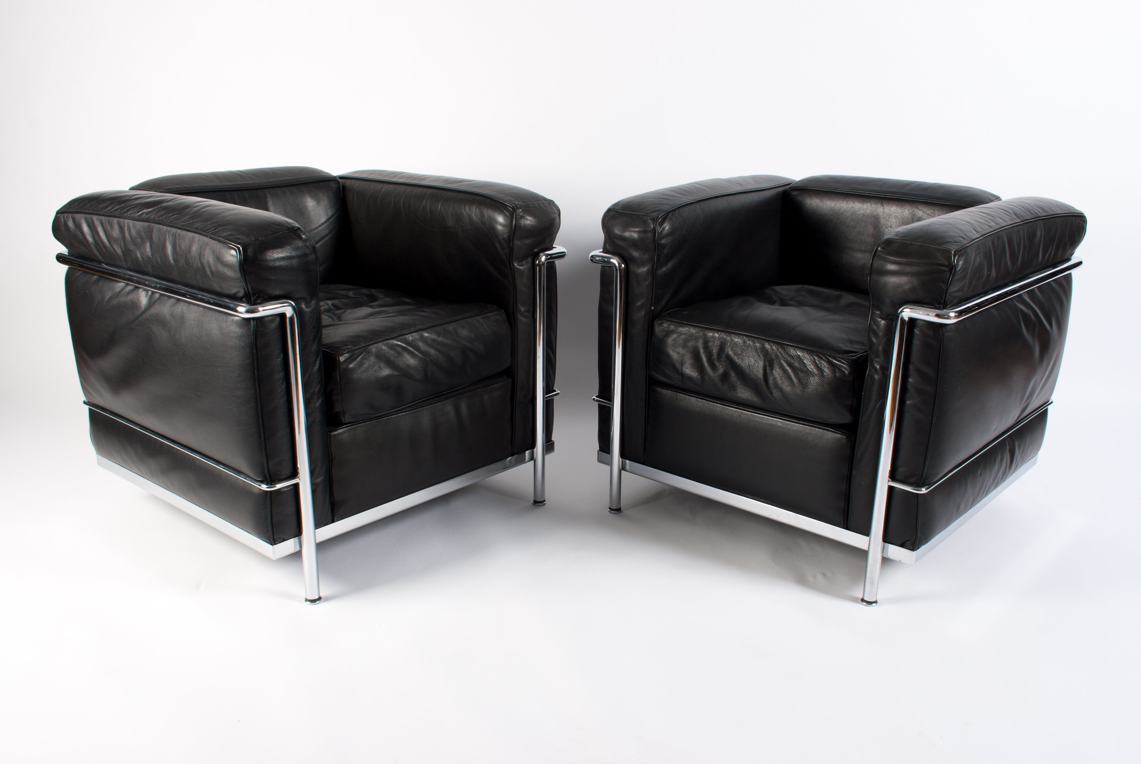 https://img.vntg.com/large/1517225144708/pair-of-black-leather-chrome-lc2-lounge-chairs-by-le-corbusier-for-cassina-1980s.jpg