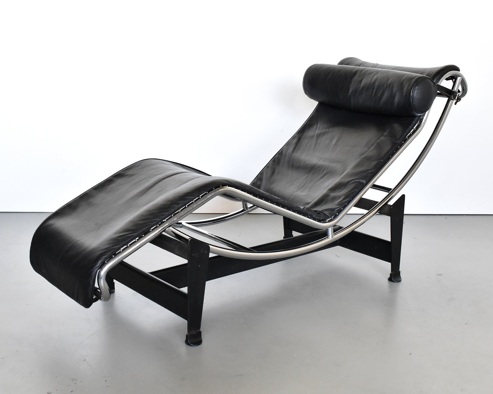 LC4 lounge chair by Charlotte Perriand & Le Corbusier for Cassina ...