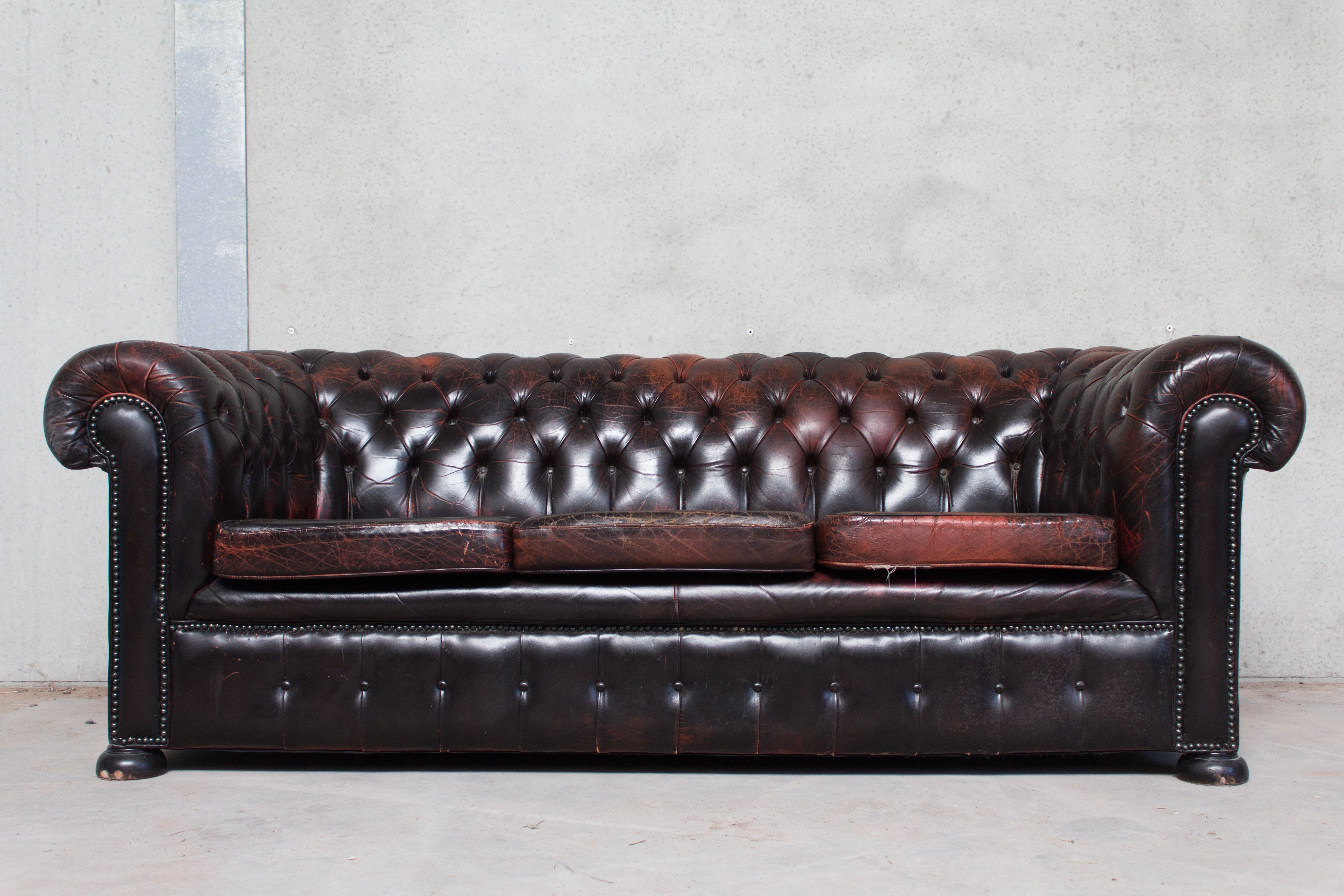 Black Red Patinated Chesterfield Sofa 105320