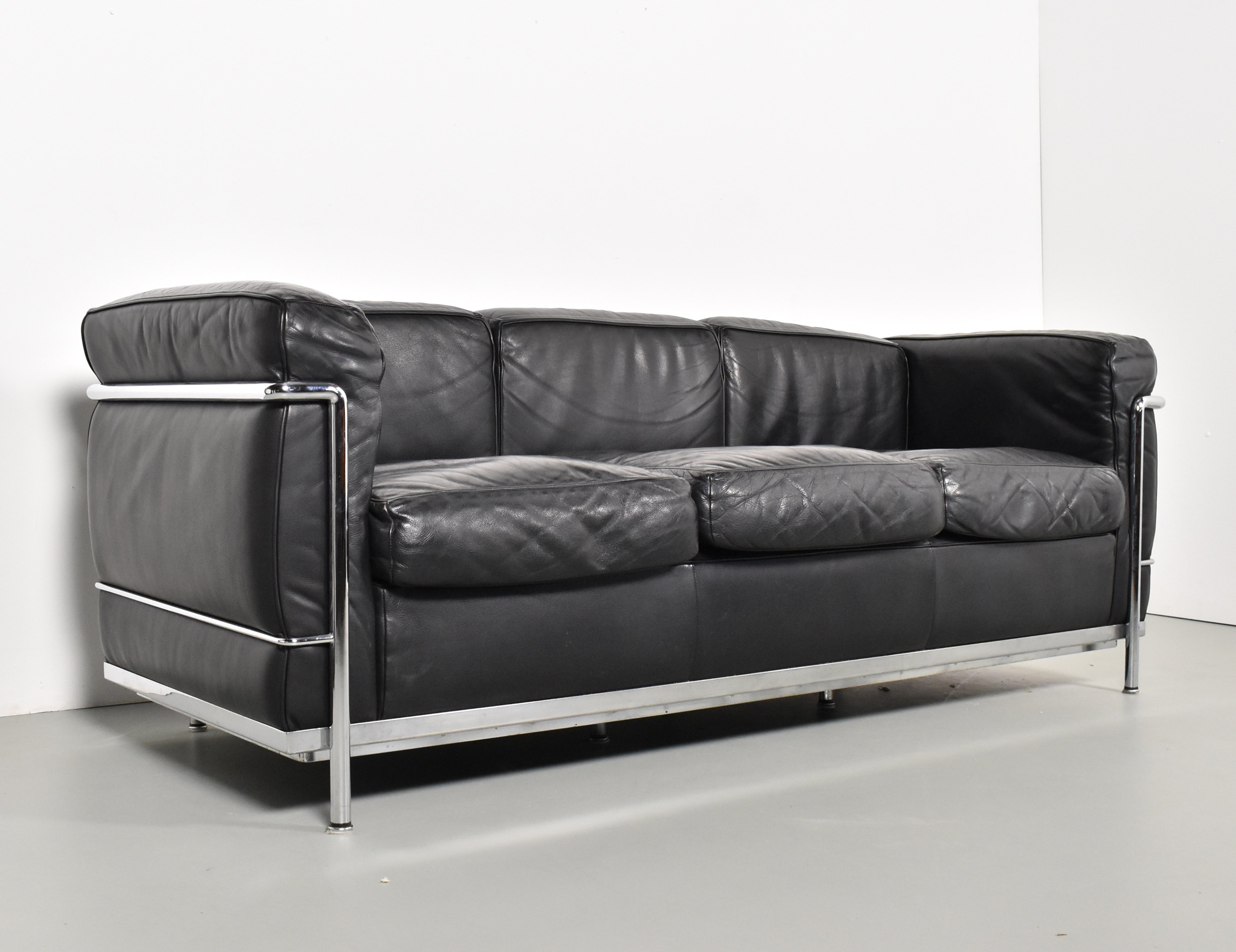 LC21 21 seater sofa by Le Corbusier & Charlotte Perriand for Cassina ...