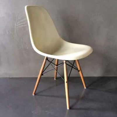 2 DSW dinner chairs by Charles & Ray Eames for Herman Miller