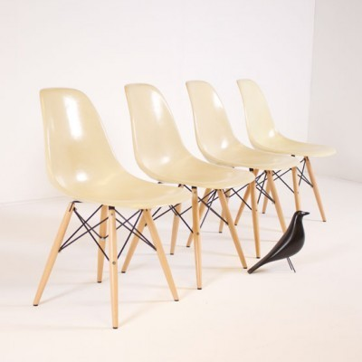 Set of 4 DSW Fiberglass Sidechair dinner chairs from the fifties by Charles & Ray Eames for Herman Miller