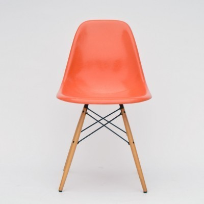 2 DSW Fiberglass Side Chair - Red-Orange dinner chairs from the fifties by Charles & Ray Eames for Vitra