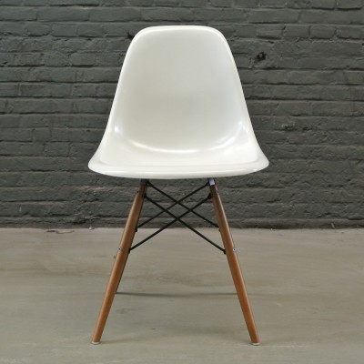 2 DSW White dinner chairs from the fifties by Charles & Ray Eames for Herman Miller