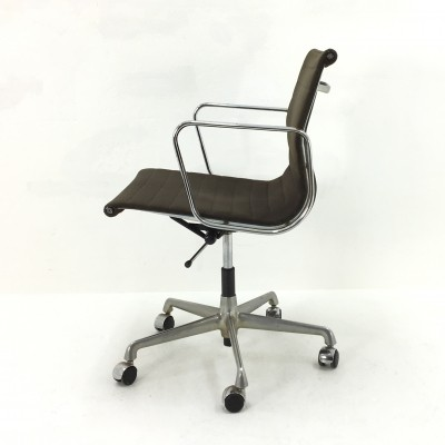 2 ea117 office chairs from the sixties by Charles & Ray Eames for Herman Miller