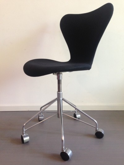 2 model 3117 office chairs from the sixties by Arne Jacobsen for Fritz Hansen