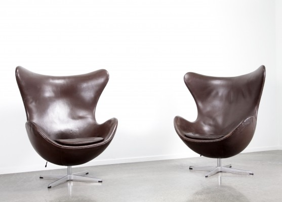 Pair of chocolate brown leather Egg chairs by Arne Jacobsen, 1980s