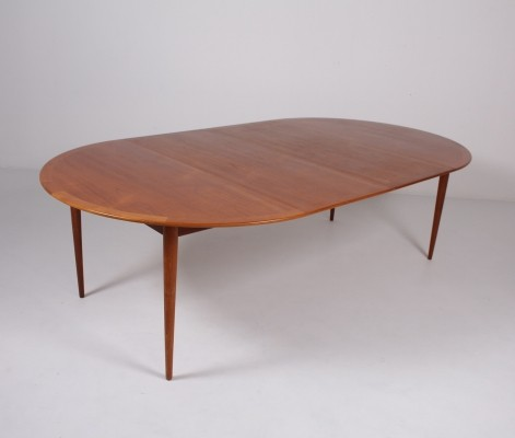 Extendable teak dining table by Arne Vodder