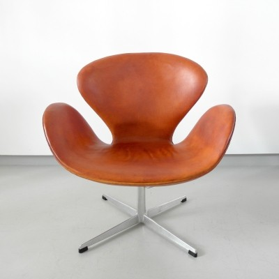 Early edition Arne Jacobsen Swan chair in original cognac leather, Denmark 1964