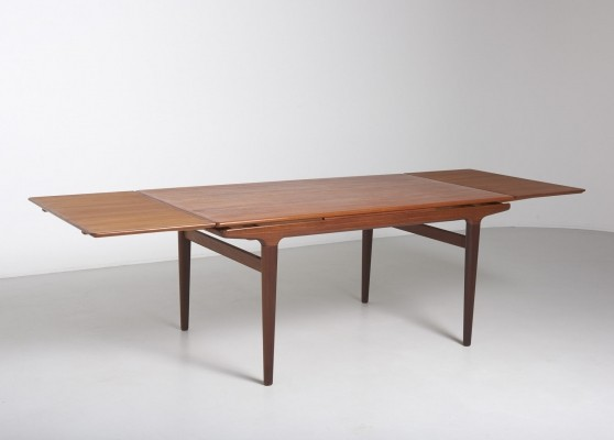 Extendable teak dining table by Johannes Andersen for Uldum Møbelfabrik