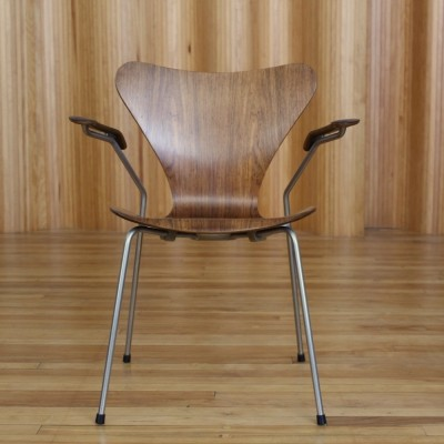 Arne Jacobsen model 3207 rosewood seven series chair by Fritz Hansen