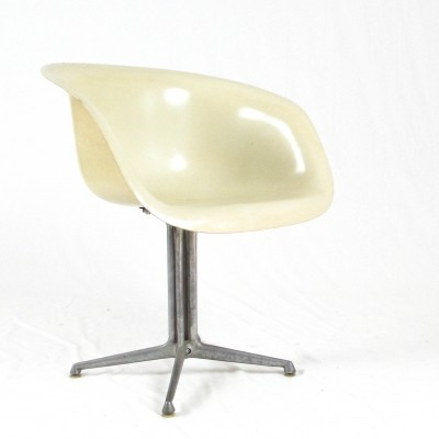 White Eames La fonda chair