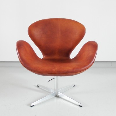 Patinated Swan Chair by Arne Jacobsen, edition 1975