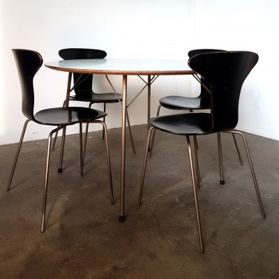 Set of 4 chairs & table by Arne Jacobsen for Fritz Hansen, Denmark 1950s