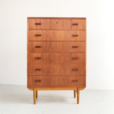 Danish chest of 6 drawers in teak with foot in solid oak, 1960s