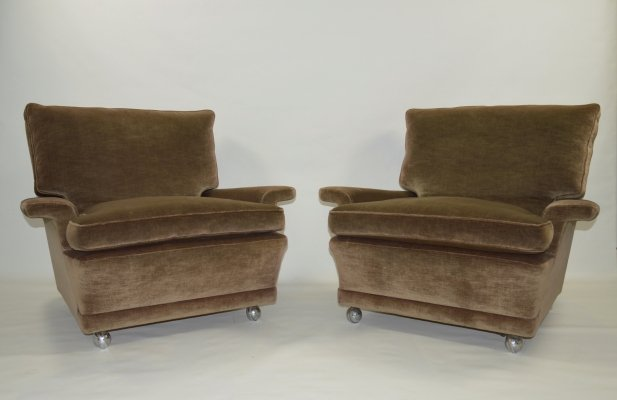 Set of 2 very comfortable lounge chairs in velvet with chrome castors