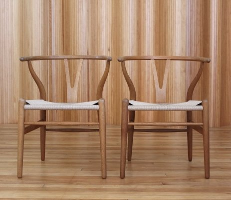 Pair of Hans Wegner oak CH24 'Wishbone' chairs for Carl Hansen & Son, Denmark
