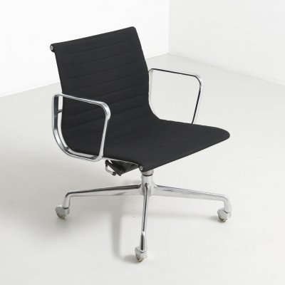 Hopsak alu chair on wheels by Charles & Ray Eames