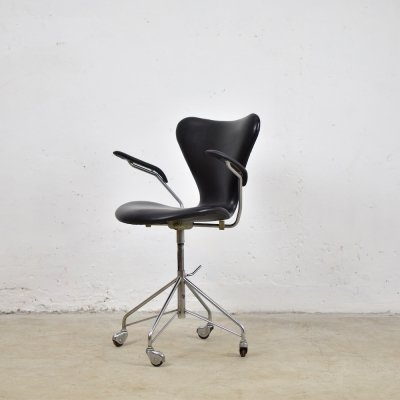 Leather 3217 swivel desk chair by Arne Jacobsen for Fritz Hansen, Denmark 1955