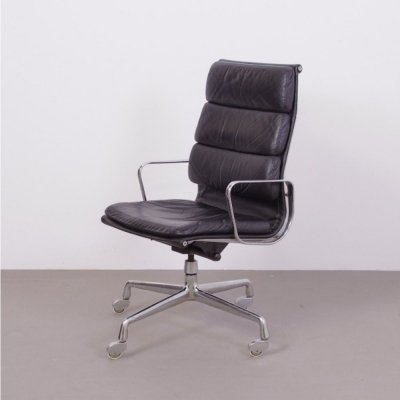 Charles & Ray Eames EA219 chair, Rare early version with 4 legs