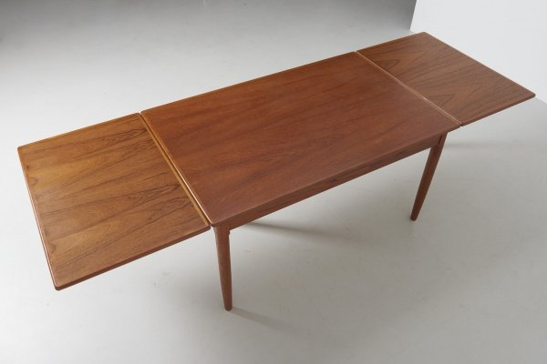 Extendable dining table in Teak