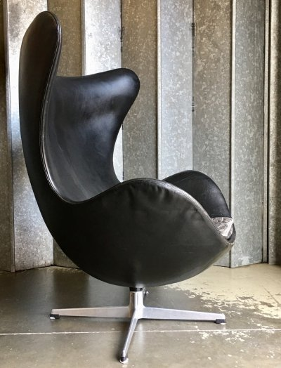 Original black leather Egg chair by Arne Jacobsen for Fritz Hansen, 1963