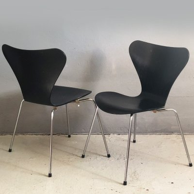 Pair of serie 7 chairs by Arne Jacobsen for Fritz Hansen, 1980s
