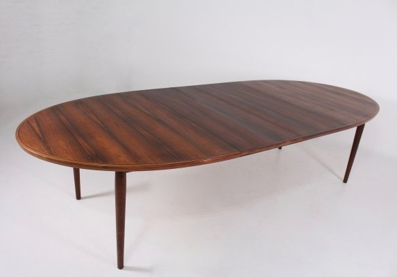 Extending oval rosewood model 331/10 dining table by Arne Vodder, 1960s