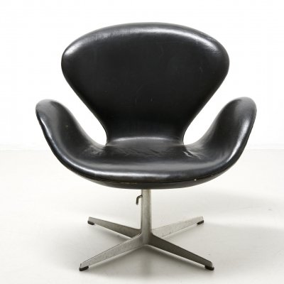 Early swan chair in black leather by Arne Jacobsen