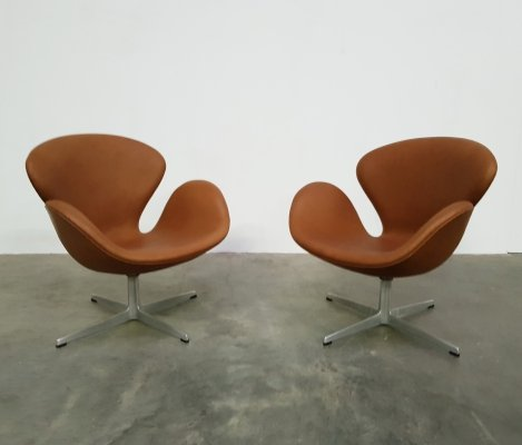 Set of 2 early edition Swan chairs by Arne Jacobsen for Fritz Hansen, 1960s