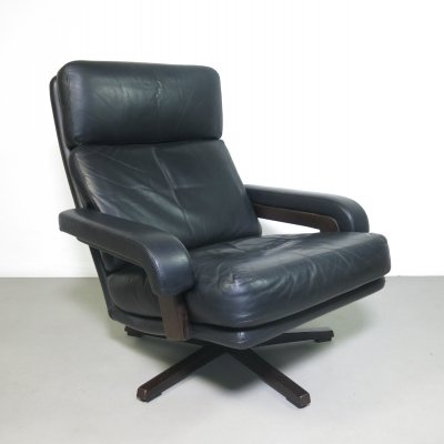 Black leather lounge chair on a swivel base, ca 1960