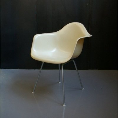 Charles & Ray Eames off white Fiberglass chair with h-base zinc