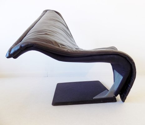 Black leather 'Flying Carpet' lounge chair by Simon Desanta for Rosenthal